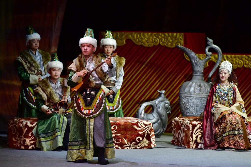 무대 공연과 악기 연주 어우러진 민족기악극 선보여